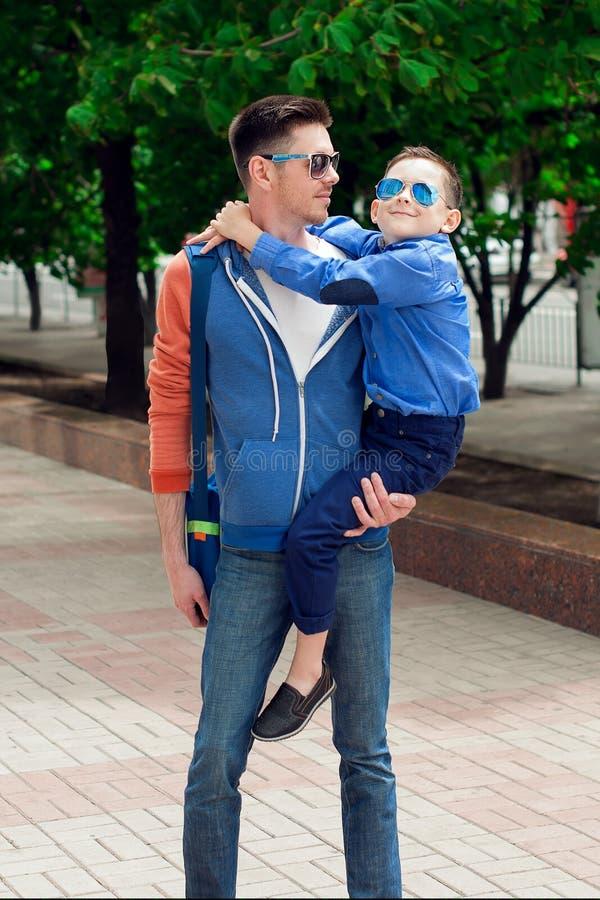 Eyewear概念 有年轻快乐的s的年轻时髦的父亲 库存照片