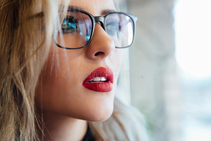 Eyewear πορτρέτο γυναικών γυαλιών που κοιτάζει μακριά στενό θηλυκό πορτρέτο επάν&om στοκ φωτογραφία με δικαίωμα ελεύθερης χρήσης