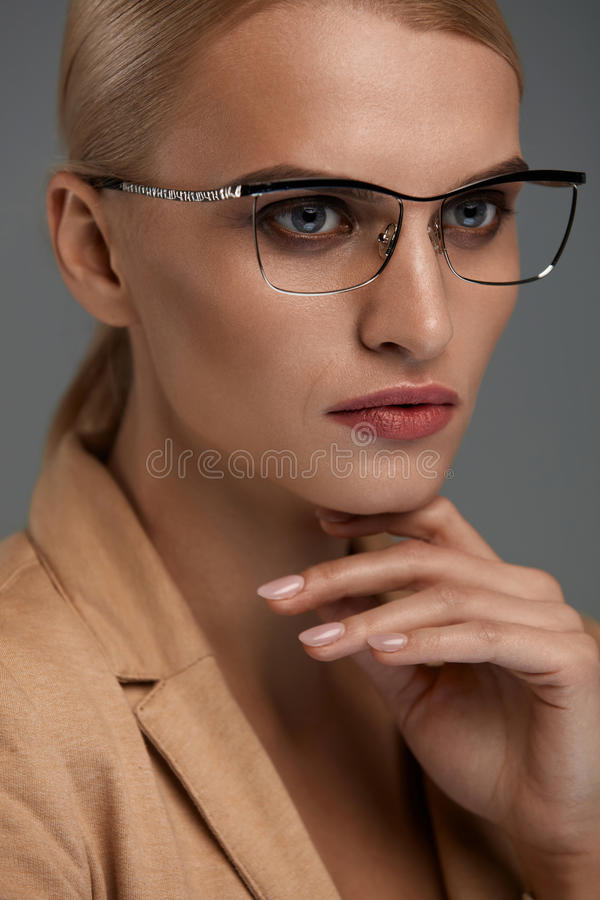 Eyewear das mulheres Mulher de negócio bonita em vidros pretos da forma fotografia de stock royalty free