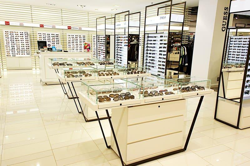 Eyewear e óculos de sol na loja do ótico imagem de stock royalty free