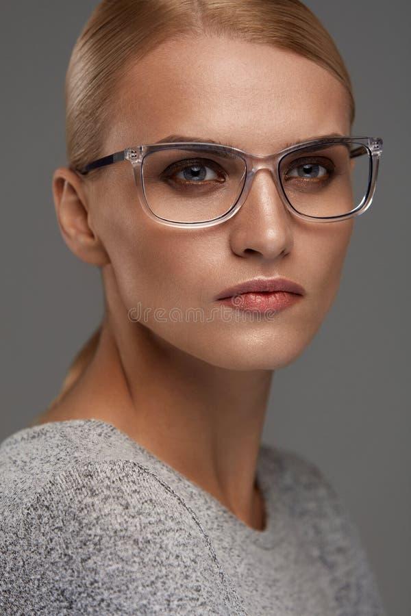 Eyewear femelle Femme dans le beau cadre en verre, lunettes photographie stock libre de droits