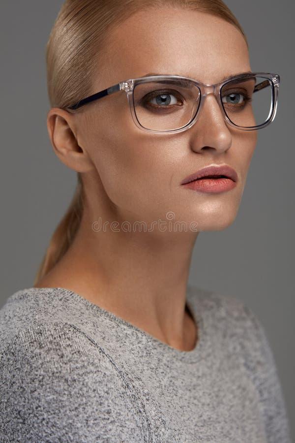 Eyewear femelle Femme dans le beau cadre en verre, lunettes photos stock