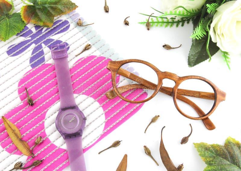 Eyewear & relógios luxuosos da configuração do plano com fundo branco imagens de stock royalty free