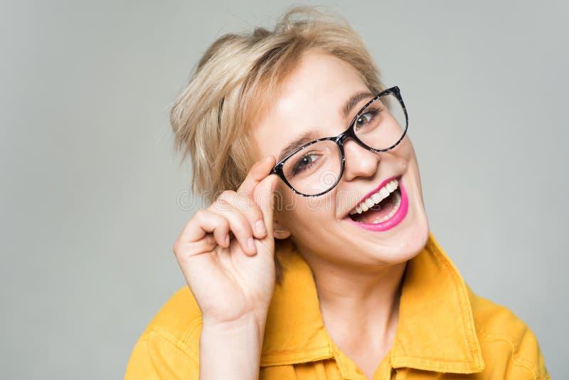 Eyewearmode Tillfoga den smarta tillbeh?ren Stilfull flicka med glas?gon Synf?rm?ga och ?gonh?lsa Bra vision Optiklager arkivfoton