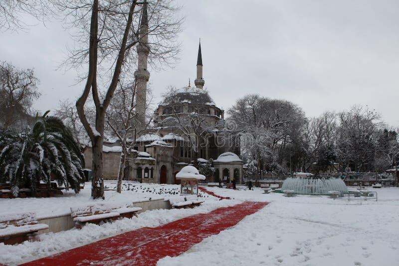 Eyup Sultan Mosque com neve em Istambul fotografia de stock