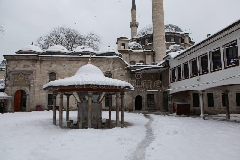 Eyup Sultan Mosque med insnöade Istanbul fotografering för bildbyråer