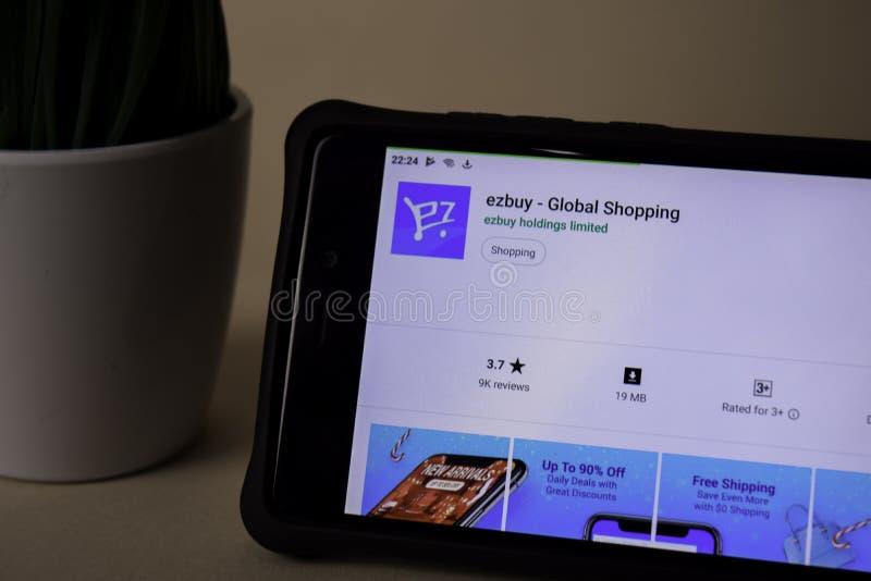 Ezbuy - uso global del revelador que hace compras en la pantalla de Smartphone ezbuy es un freeware fotos de archivo libres de regalías
