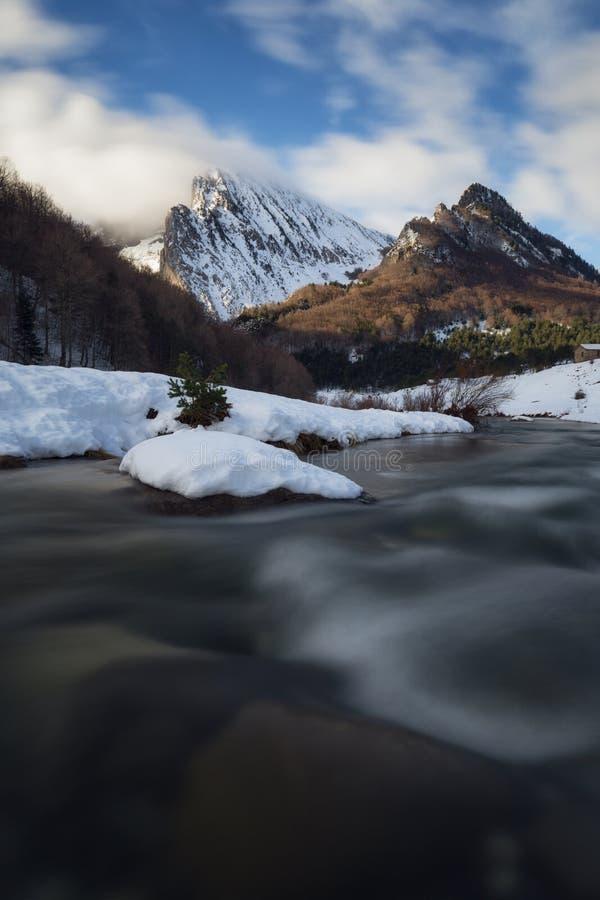 Ezcaurre-Spitze über Zuriza-Tal lizenzfreie stockfotos