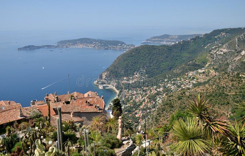 Eze村庄和看法从小山的顶端在法国海滨 免版税库存照片