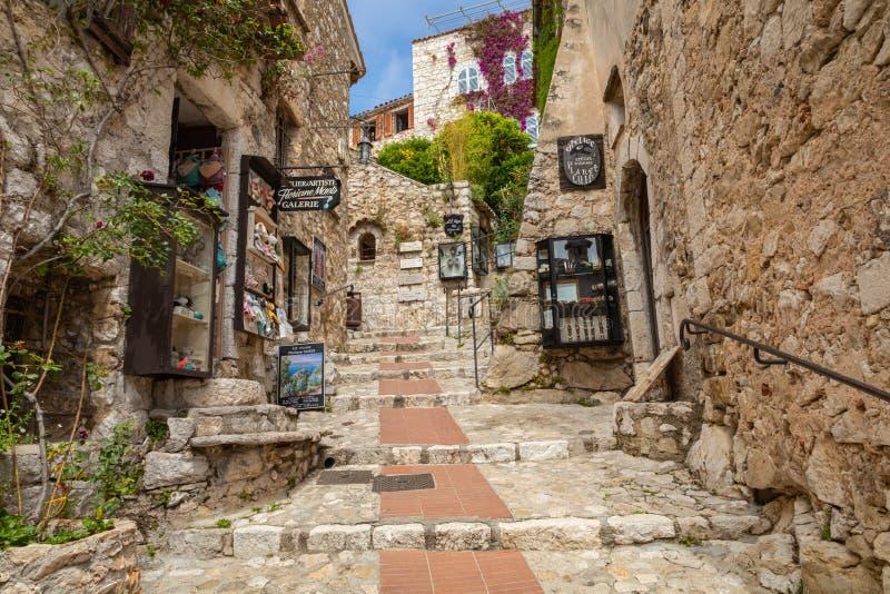 EZE FRANKRIKE - JUNI 04, 2019: Gammal traditionell arkitektur av den Eze byn ` Azur France f?r skjul D france arkivbilder