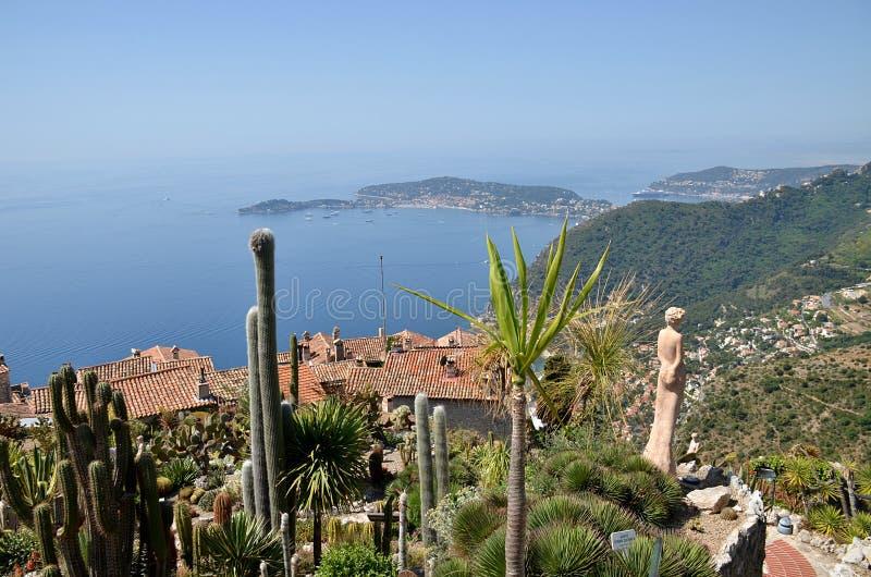 Eze by och sikt uppifrån av kullen på franska Riviera arkivfoton