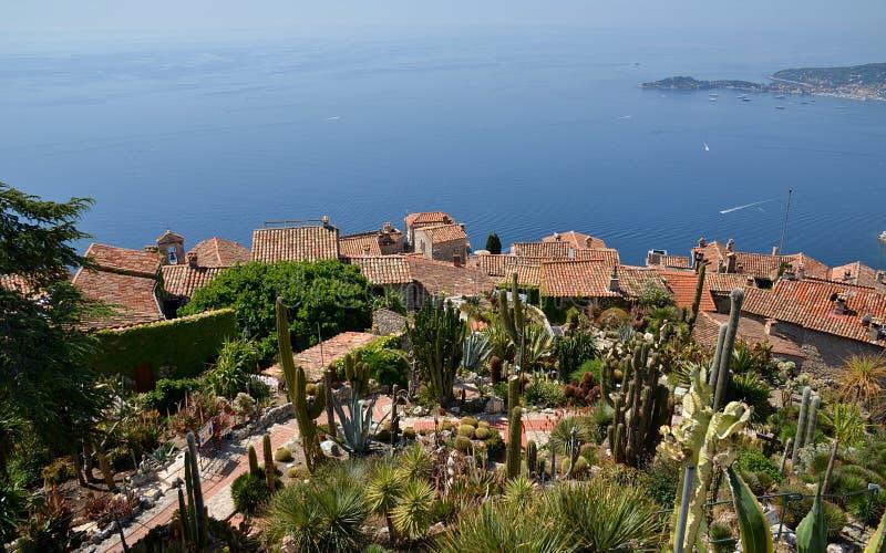 Eze by och sikt uppifrån av kullen på franska Riviera royaltyfri foto