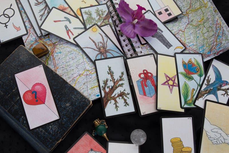 Ezoteryka stół z astrologicznym kołem, magiczny wahadło, tarots, royalty ilustracja