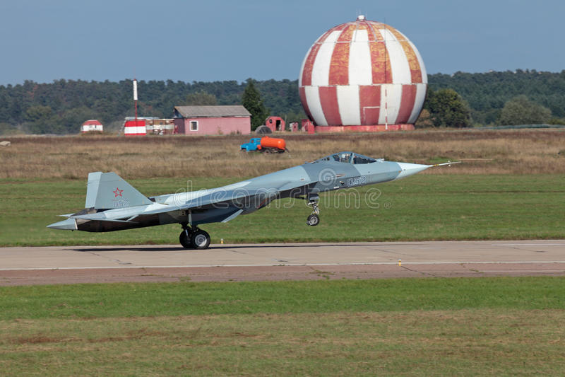 FÁ T-50 de Sukhoi PAK da aterragem fotografia de stock royalty free