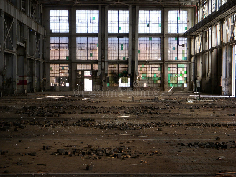 Fábrica abandonada - de volta à parte dianteira imagens de stock royalty free