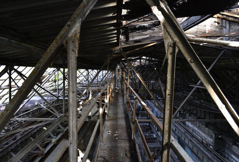 Fábrica abandonada, devastação e ecos do soviete perto imagem de stock