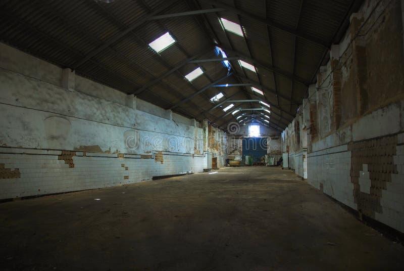 Fábrica abandonada grande - armazém vazio. imagens de stock royalty free