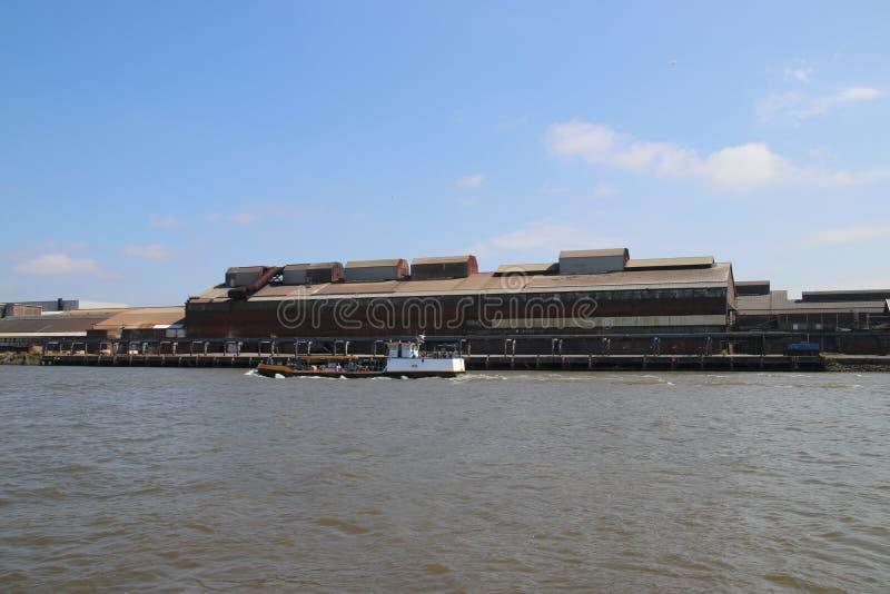 Fábrica abandonada velha ao longo do riverbank do rio Noord em Alblasserdam nos Países Baixos imagens de stock