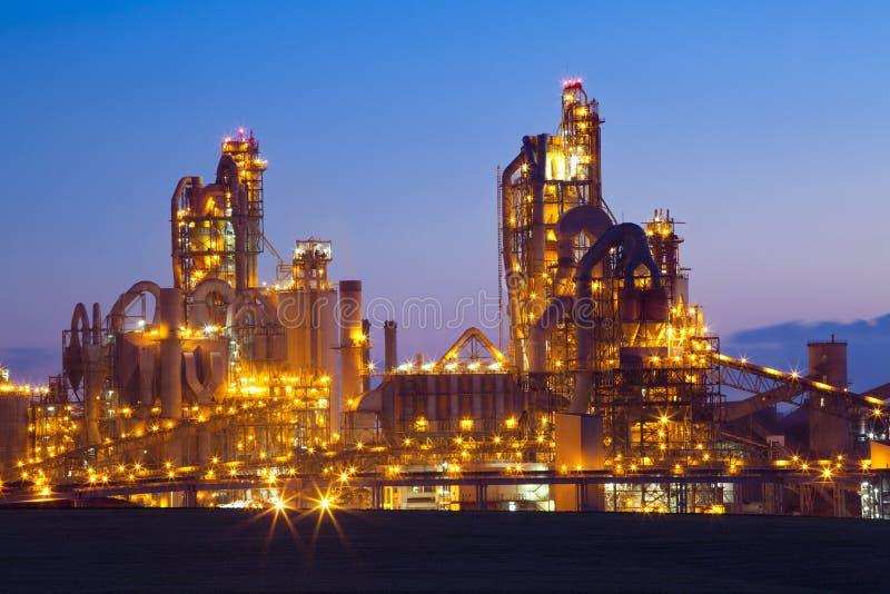 Fábrica/central química no por do sol imagens de stock
