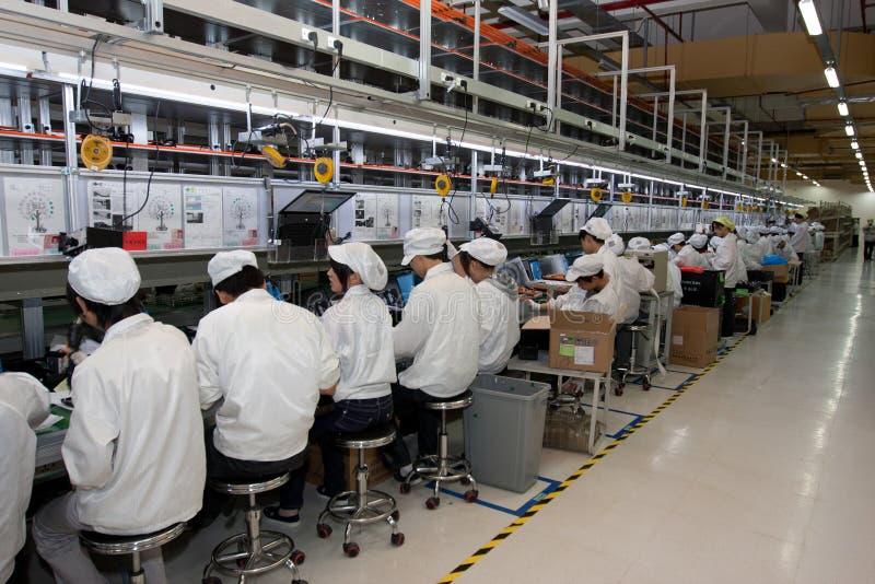 Fábrica china produciendo los ordenadores portátiles imágenes de archivo libres de regalías