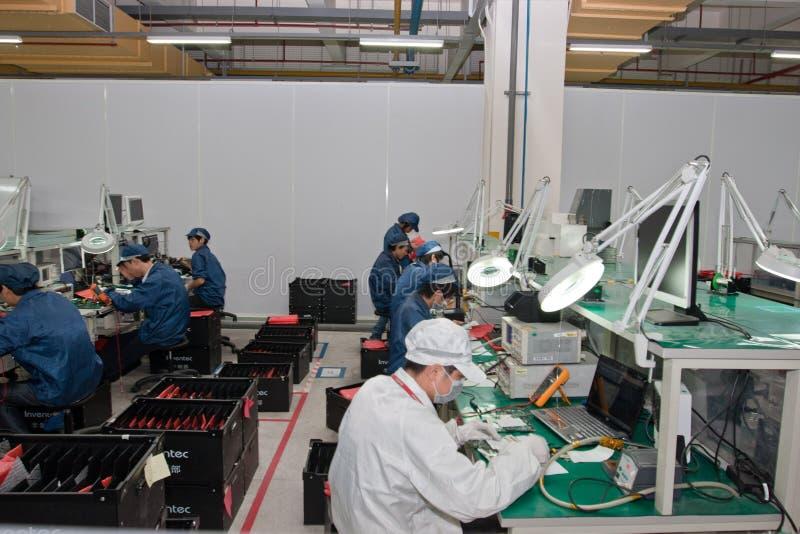 Fábrica chinesa produzindo computadores portáteis foto de stock royalty free