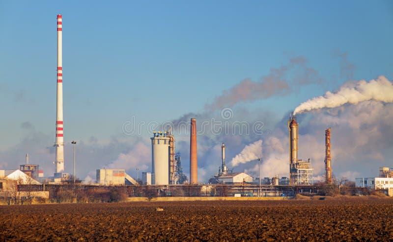 Fábrica com poluição do ar imagem de stock