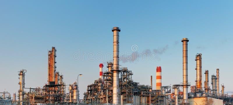 Fábrica com poluição do ar, indústria petroleira fotos de stock royalty free