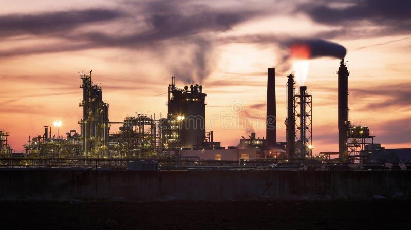 Fábrica com poluição do ar, indústria petroleira imagem de stock royalty free