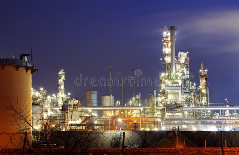 Fábrica com poluição do ar, indústria petroleira fotografia de stock