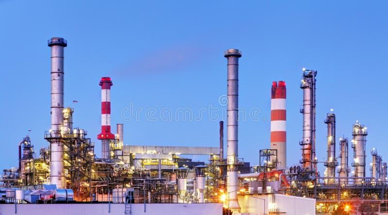 Fábrica com poluição do ar, indústria petroleira imagem de stock