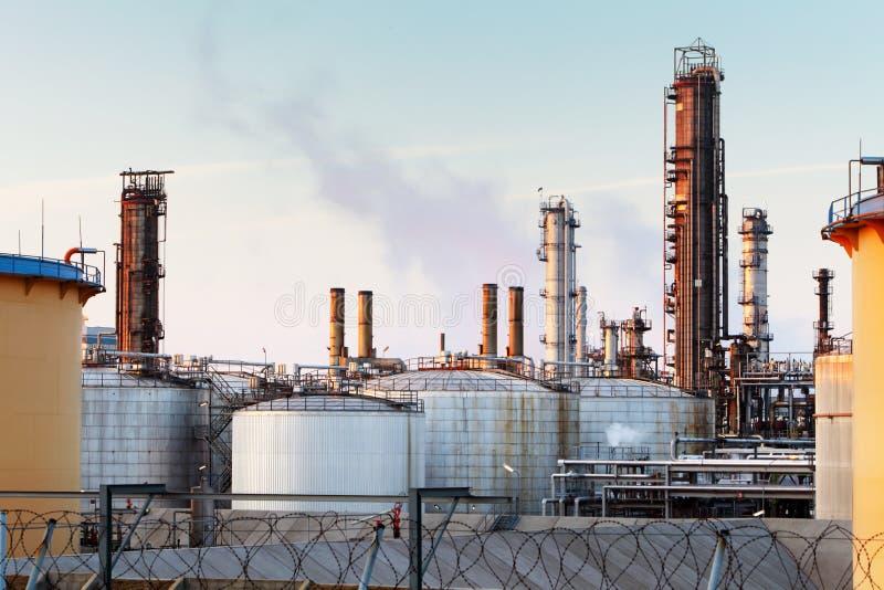 Fábrica com poluição do ar, indústria petroleira fotografia de stock royalty free