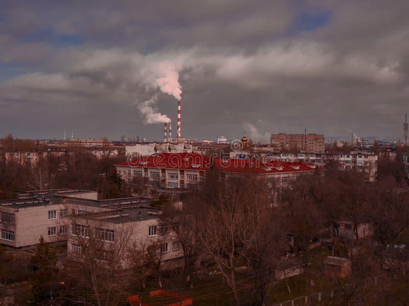 A fábrica da empresa industrial da cidade do ambiente conduz o buildin das construções dos telhados da paisagem da ecologia da po foto de stock royalty free