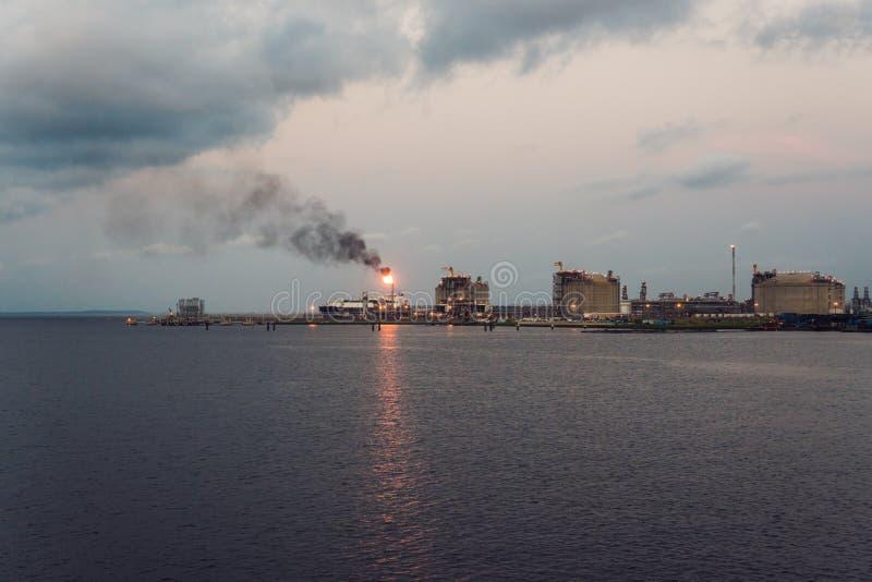 Fábrica da indústria do gás e da refinaria de petróleo no porto marinho fotos de stock