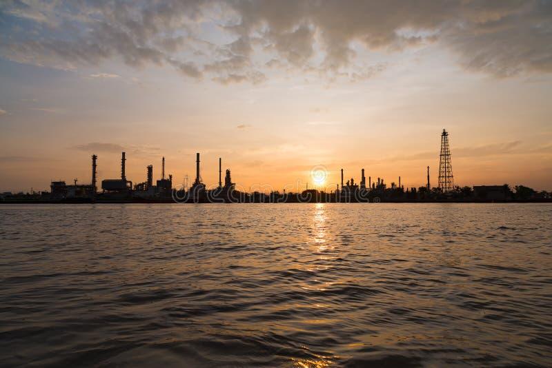 Fábrica da refinaria de petróleo sobre o nascer do sol com a silhueta em Banguecoque, Th fotos de stock royalty free