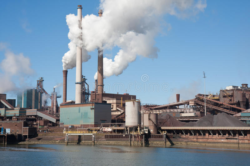 Fábrica de acero holandesa con las chimeneas imagenes de archivo