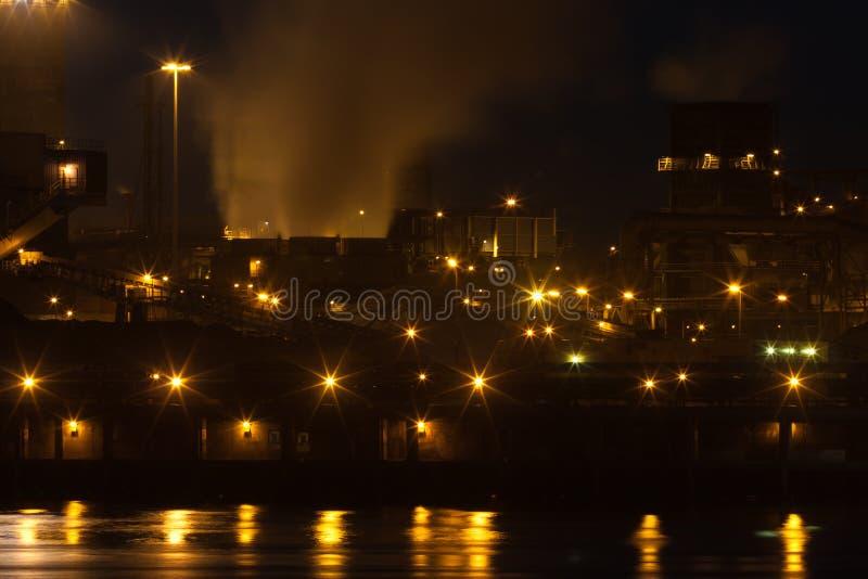 Fábrica de acero holandesa en IJmuiden en la noche imágenes de archivo libres de regalías