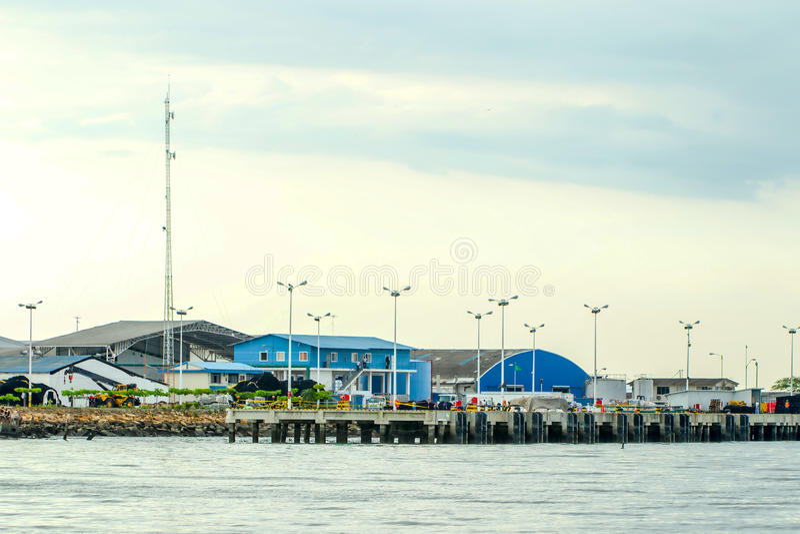 Fábrica de la fábrica de conservas de los pescados imagen de archivo