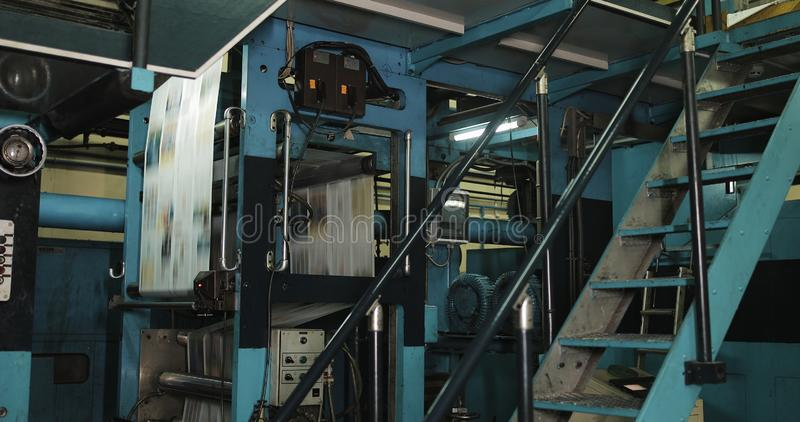 Fábrica de la planta de impresión Impresión del periódico en una planta Periódico impreso en una máquina de la casa de impresión imagen de archivo
