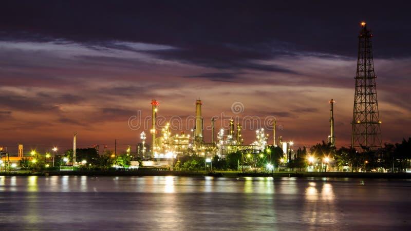 Fábrica de la refinería de petróleo de petróleo sobre salida del sol fotografía de archivo libre de regalías