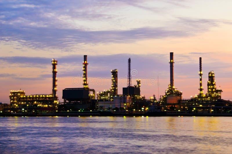 Fábrica de la refinería de petróleo de petróleo sobre salida del sol imagen de archivo