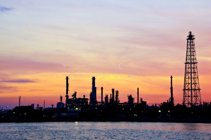 Fábrica de la refinería de petróleo de petróleo sobre salida del sol imagen de archivo libre de regalías