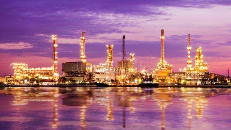Fábrica de la refinería de petróleo de petróleo sobre salida del sol foto de archivo