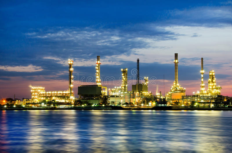 Fábrica de la refinería de petróleo de petróleo sobre salida del sol foto de archivo libre de regalías