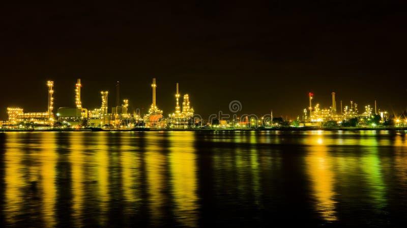 Fábrica de la refinería de petróleo en la noche imagenes de archivo