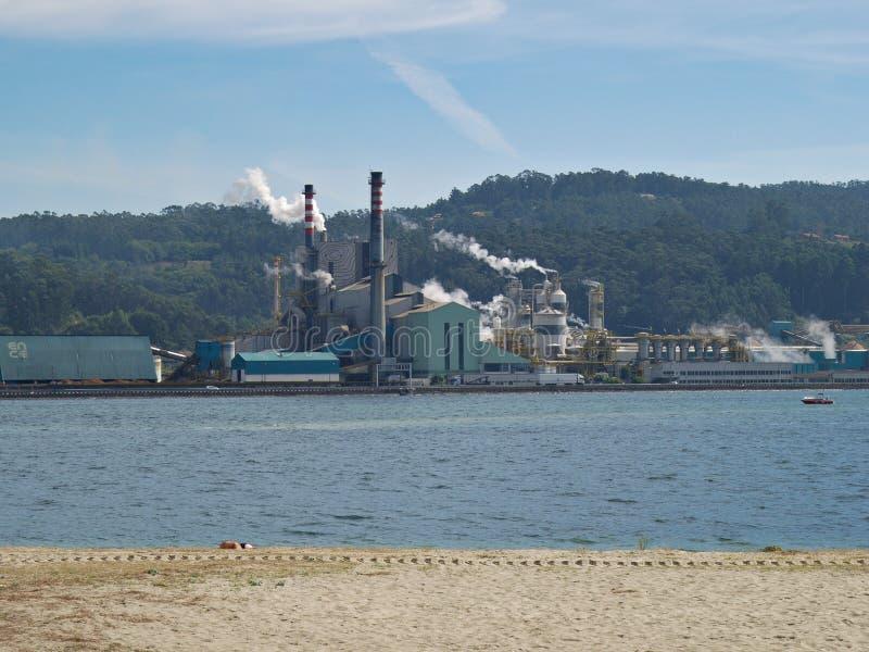 Fábrica de madeira da polpa de ENCE em Pontevedra, Espanha fotografia de stock royalty free