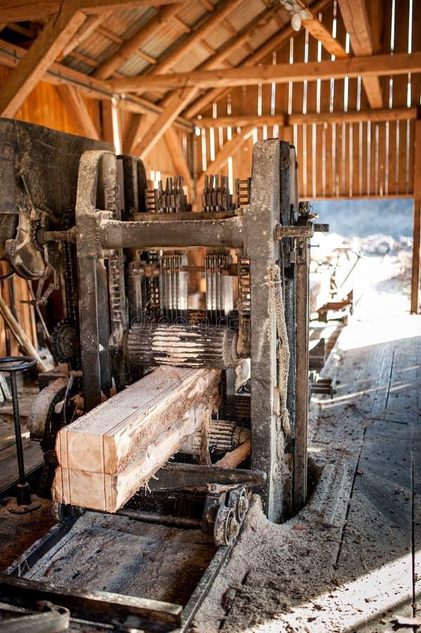 Fábrica de madeira industrial - logs do corte imagens de stock