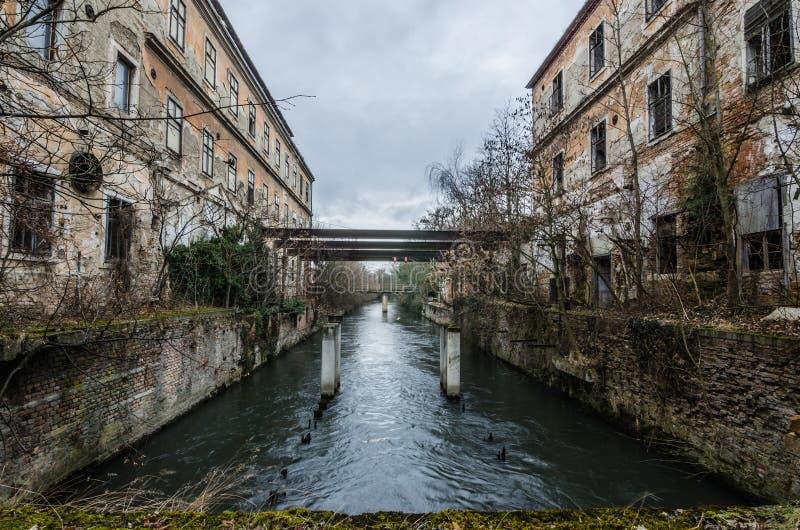 fábrica de papel abandonada con el río imagen de archivo