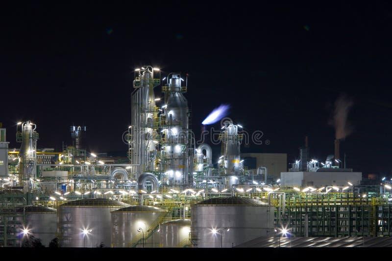 Fábrica de productos químicos en noche fotografía de archivo libre de regalías