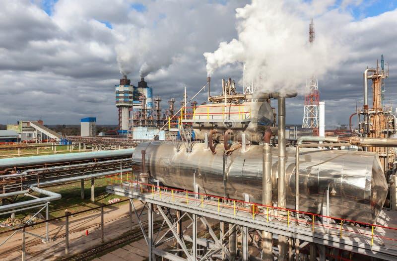 Fábrica de productos químicos para la producción de fertilización del amoníaco y de nitrógeno el tiempo del día fotos de archivo libres de regalías