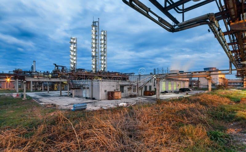 Fábrica de productos químicos para la producción de fertilización del amoníaco y de nitrógeno en noche imágenes de archivo libres de regalías